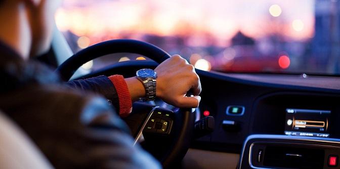 auto interieur met rijdende man dromer