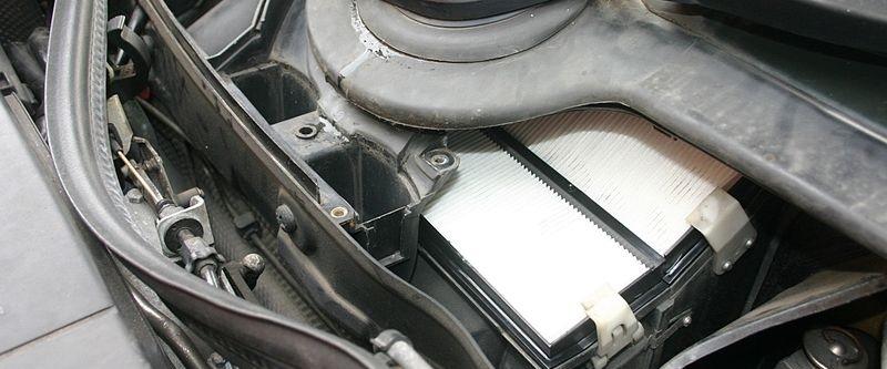 interieurfilter vervangen en vervangingskosten. afbeelding van een gemonteerd interieurfilter