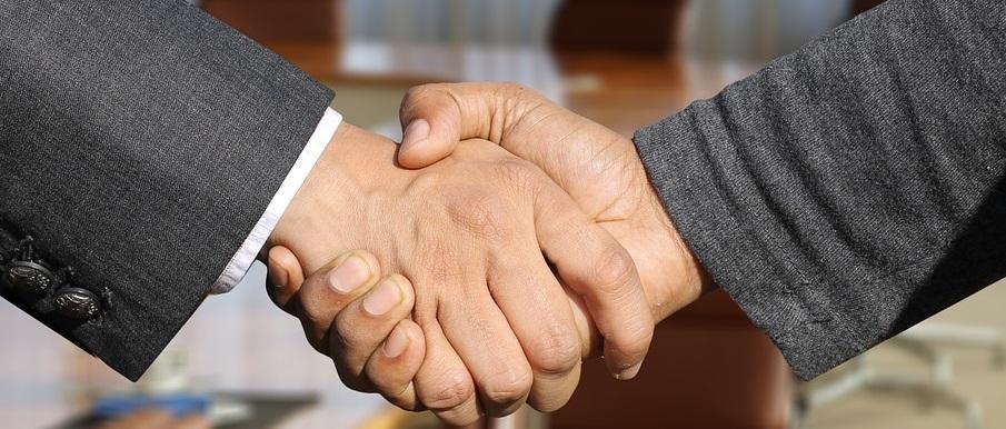 Tweedehands auto kopen, handdruk, elkaar handen geven foto