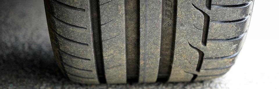 autoband recht op asfalt,uitlijnen, goed uitgelijnd