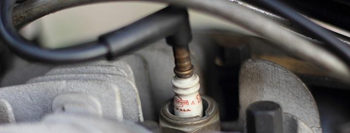 bougie informatie, afbeelding van een gemonteerde bougie met bougiekabel erop